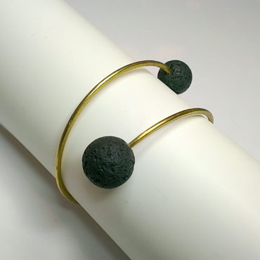 Armring med sten i enderne, lavasten, spiralarmring, åben armring