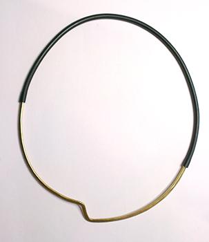 ZigZag halskæde, stor zigzag, minimalistisk, gummi, halskæde med gummilukning, gummilås, usynlig lås,