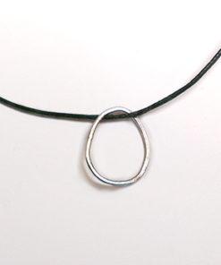 vedhæng, halssmykke med vedhæng, halskæde med vedhæng, slebet overflade, smal, spinkel vedhæng, sølv, former, figur, figurer, oval, cirkel, charms