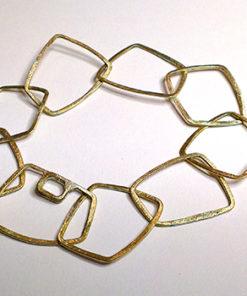Armlænke med firkantede led, firkanter, unikt design, unika, sammensat, usynlig lås, låsdesing, armbånd af firkanter, rå overflade, rustikt udseende