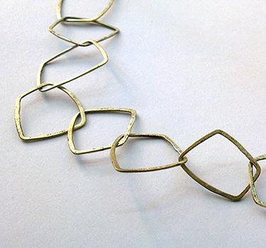 Halssmykke af firkanter, unik halskæde af firkanter, firkanter, unikt design, unika, sammensat, usynlig lås, låsdesign, halslænker, halssmykke af lænker, råt design