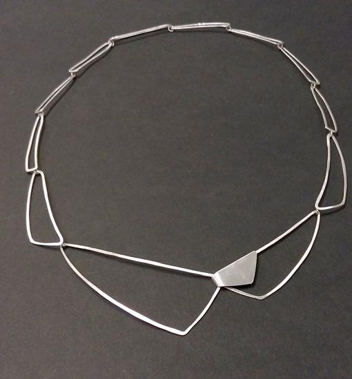 Halssmykke af trekanter