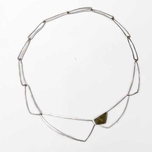 Halssmykke af trekanter, unik halskæde af aflange trekanter, trekanter, unikt design, unika, sammensat, usynlig lås, låsdesign, store trekanter, minimalistisk