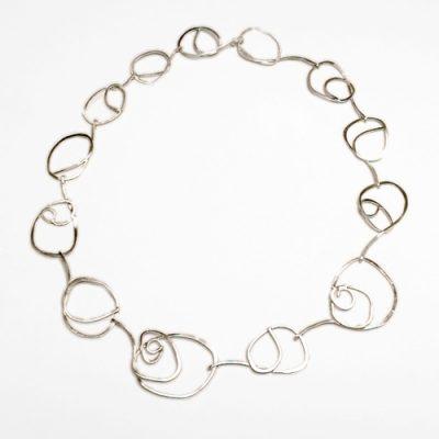 Halssmykke med kruseduller, rustik halskæde, råt design, kruseduller, lås, låsedesign, rå overflade, slebet, halskæde med møsntre