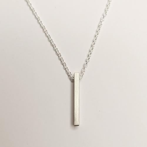 Sølvhalskæde med stav som vedhæng, vedhæng, slebet overflade, halskæde, halslænke, halskæde, sølv, stav, minimalistisk, charms