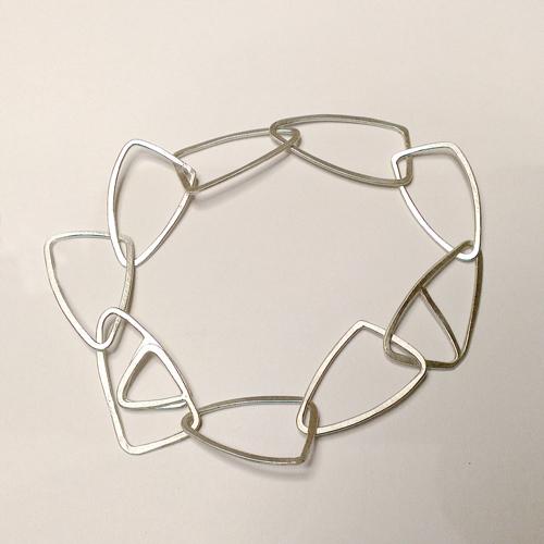 Armlænke med trekantede led, trekanter, unikt design, unika, sammensat, usynlig lås, låsdesing, armbånd af trekanter