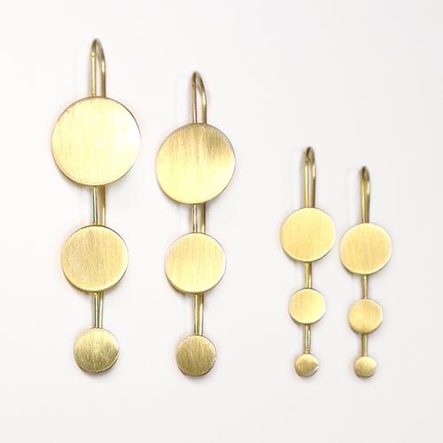 ørering med tre mønter, ørering med tre prikker, minimalistisk