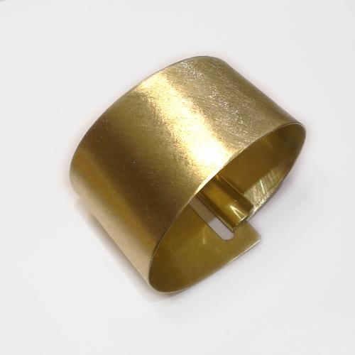 Rustik, bred armring med lås, låsedesign, unikt design, unik, slebet overflade