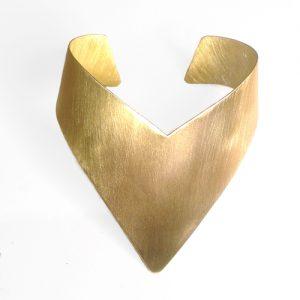 Bred armring formet som et V, pilespids, V-formet, vinkel, åben armring, åben lukning