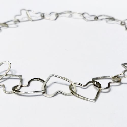 Halskæde af hjerter, hjerteled, unikke led, slebet overflade, sammensatte led, lås, låsdesign, unikke former
