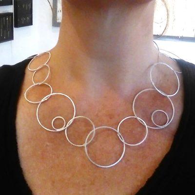 Smuk halskæde af cirkler, forskellige størrelser, sammensat, elegant halssmykke, cirkel, usynlig lås, låsdesign, lås som del af designet