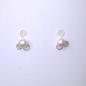 sølv, øreringe, ørestikker, ørestik, former, form, figur, figurer, cirkel, slebet overflade, blank, mat, enkel, minimalistisk, krusedulle, spiraler, spiral, sten, vedhæng, hvid perle, farver