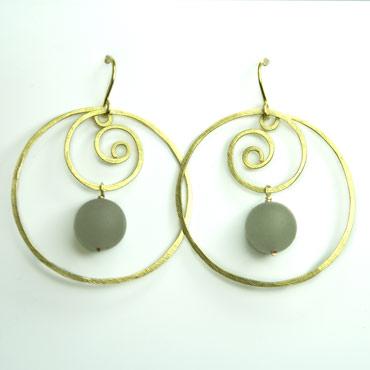 messing, øreringe, krog, øresmykke, minimalistisk, enkel, cirkel, cirkler, uro, figur, former, vedhæng, sten, grøn, gennemsigtig, krusedulle, spiral,