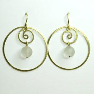 sølv, øreringe, krog, øresmykke, minimalistisk, enkel, cirkel, cirkler, uro, figur, former, vedhæng, sten, hvid, gennemsigtig, krusedulle, spiral,