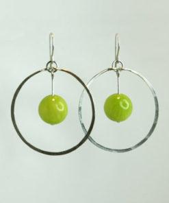 sølv, øreringe, krog, øresmykke, minimalistisk, enkel, cirkel, cirkler, uro, figur, former, vedhæng, sten, grøn, lysegrøn