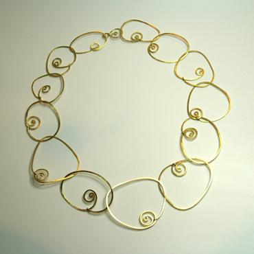 Halssmykke med spiraler, rustik halskæde, unik halskæde, unika, lænker, små spiraler, slebet overflade, sammensat, personligt smykke