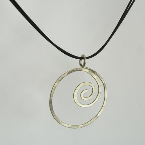 vedhæng, halssmykke med vedhæng, halskæde med vedhæng, slebet overflade, spiral, sølv, form, figur, figurer, cirkel,