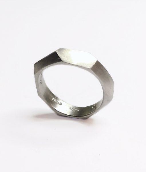 Kantet kraftig ring vielsesring