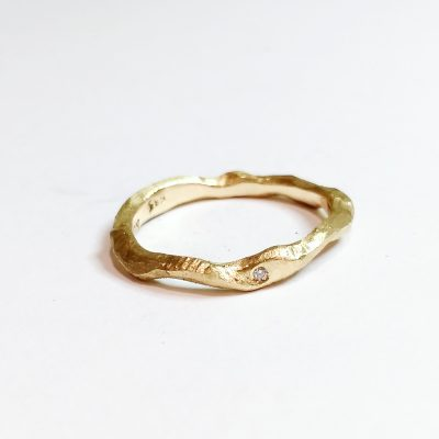 spinkel organisk ring med sten, bugtet ring, skæv ring, ukurant ring, grov ring med brillant, guld, sølv,